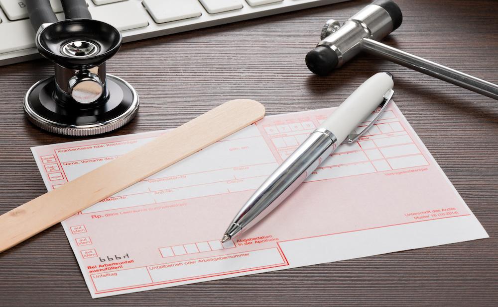 Rezept für Medikamente auf dem Schreibtisch einer Arzt Praxis
